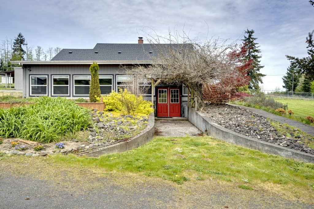3 bedroom, 2 bath, 2894 sqft on 4.5 acres in Rainier